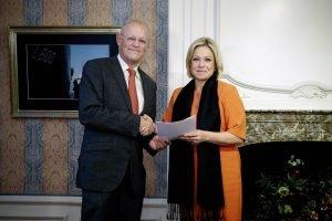 Den Haag, 5 november 2015. Overhandiging door Uri Rosenthal aan minister Hennis van het jaarrapport van bevindingen RZO