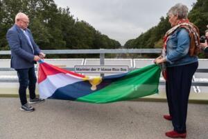 Onthulling van naambord met veteranenvlag.